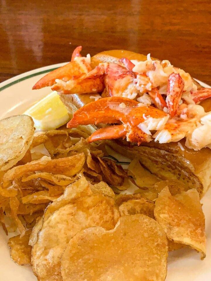 Warm lobster roll